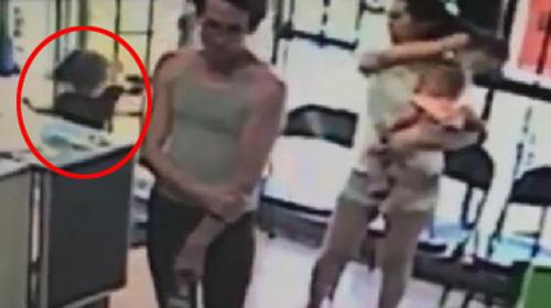 Clip: Bé gái 4 tuổi bị bắt cóc ngay trước mặt mẹ - 1