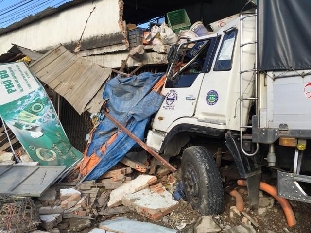 Đào bới đống đổ nát tìm kiếm nạn nhân TNGT - 1