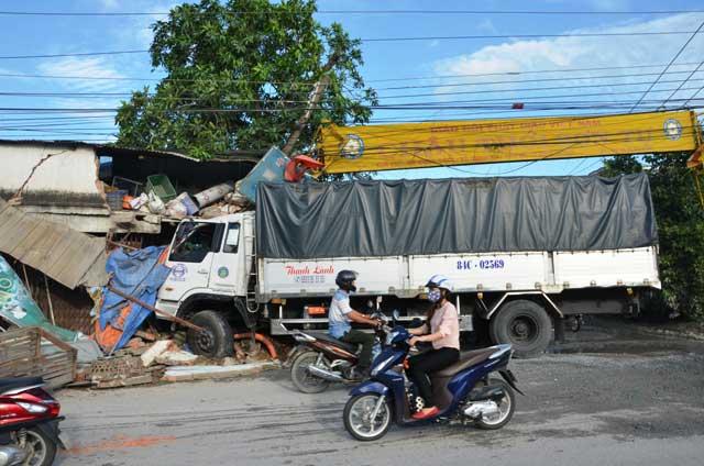 Đào bới đống đổ nát tìm kiếm nạn nhân TNGT - 3