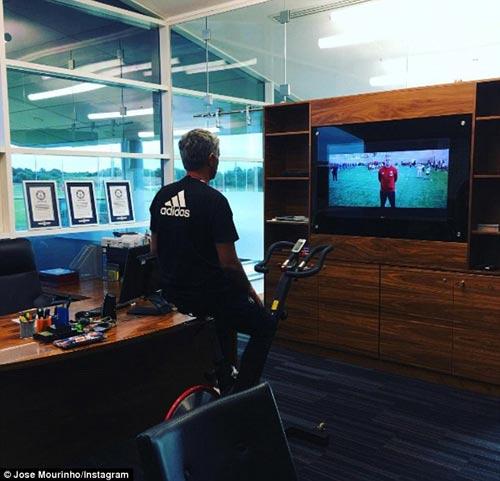 MU: Mourinho khoe 3 kỉ lục Guiness ở phòng làm việc - 1