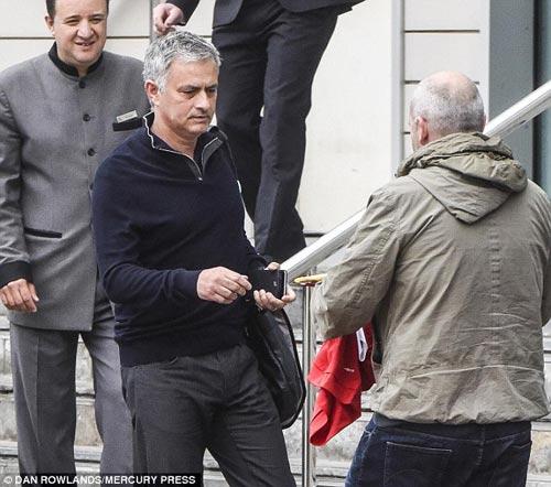 MU: Mourinho khoe 3 kỉ lục Guiness ở phòng làm việc - 2