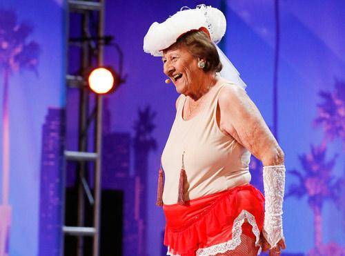 Cụ bà 90 tuổi biểu diễn thoát y gây sửng sốt - 3