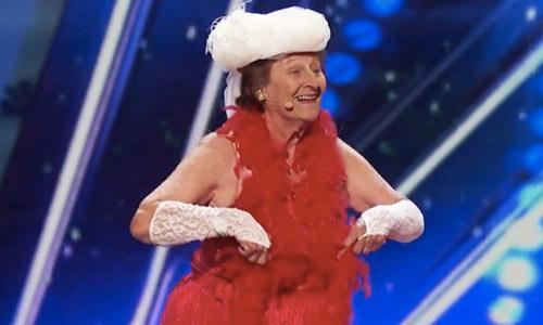 Cụ bà 90 tuổi biểu diễn thoát y gây sửng sốt - 1