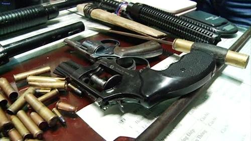 """Bắt """"nóng"""" ông trùm ma túy, thu 6 khẩu súng, dao kiếm - 2"""