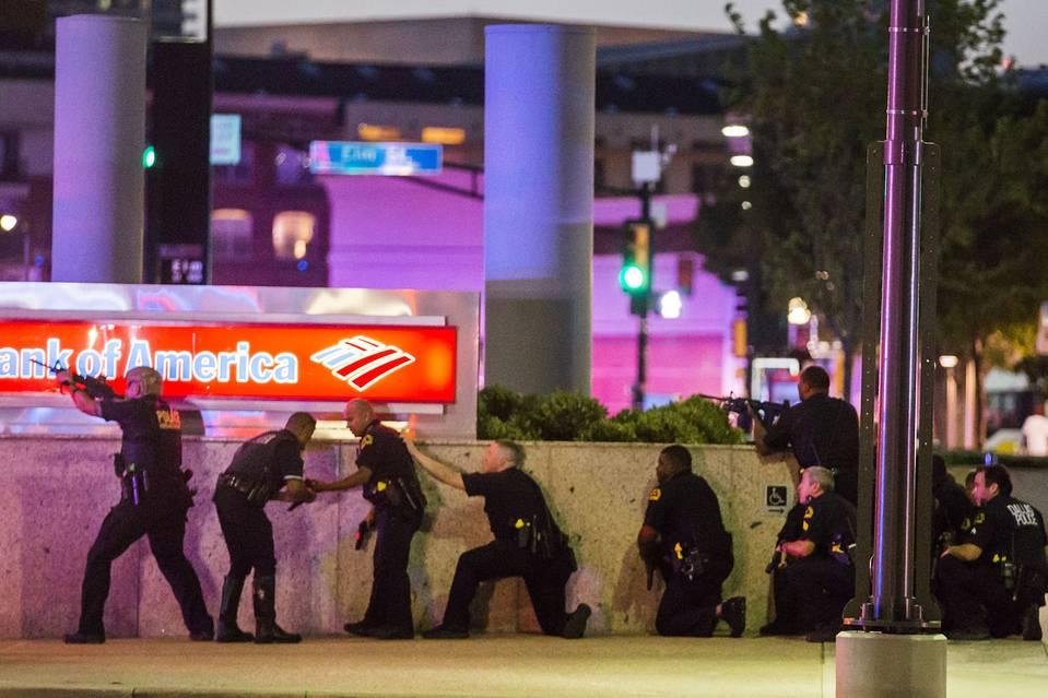 Bắn tỉa chết 5 cảnh sát Mỹ: Để giết người da trắng! - 1