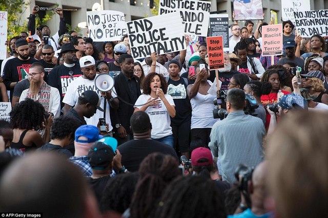 Mỹ: Đấu súng sau vụ bắn tỉa, cảnh sát bị bắn gục - 2