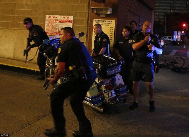 Mỹ: Đấu súng sau vụ bắn tỉa, cảnh sát bị bắn gục - 1
