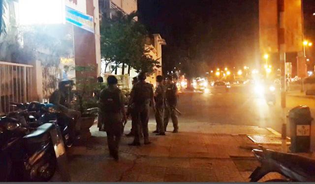 Gần 30 người chém gục 4 thanh niên giữa Sài Gòn - 1