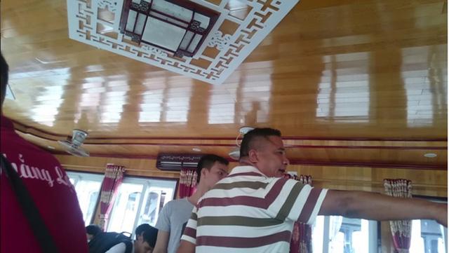 Hành khách hú vía vì lái tàu bằng… chân trên Vịnh Hạ Long - 1
