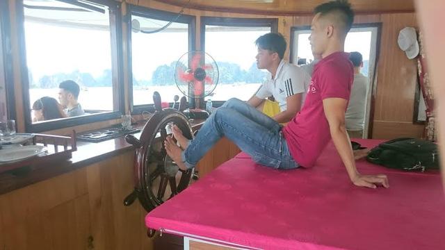 Hành khách hú vía vì lái tàu bằng… chân trên Vịnh Hạ Long - 3