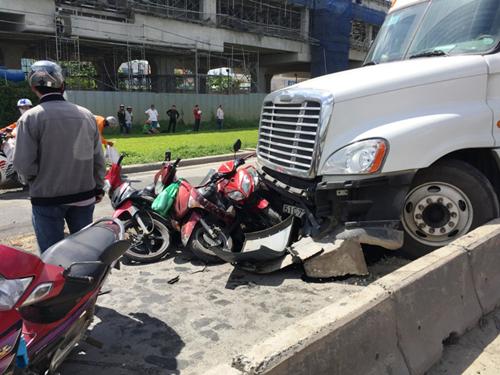 """Container """"đại náo"""" dưới dốc cầu, xe máy nằm la liệt - 1"""