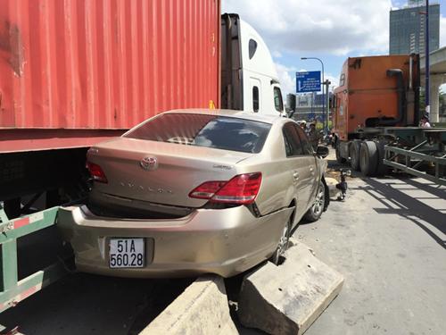 """Container """"đại náo"""" dưới dốc cầu, xe máy nằm la liệt - 3"""