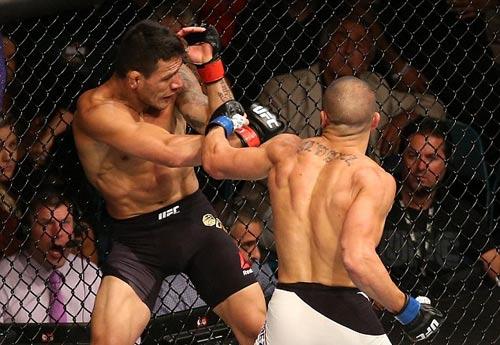 """UFC: Tung đòn """"đầu gối bay"""" hạ ngay nhà vô địch - 1"""