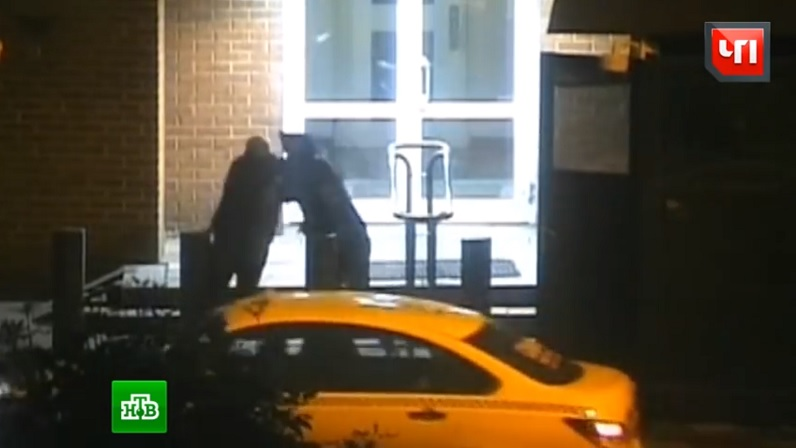 Video: Cảnh sát Nga đánh lộn với nhà ngoại giao Mỹ - 1