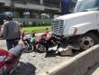 """Container """"đại náo"""" dưới dốc cầu, xe máy nằm la liệt"""