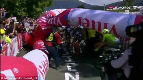 Tin thể thao HOT 9/7: Tai nạn liên hoàn ở Tour de France - 5