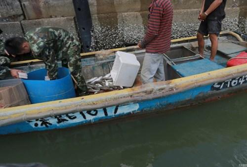 Vùi 370 chiếc iPhone dưới thùng cá để buôn lậu - 1