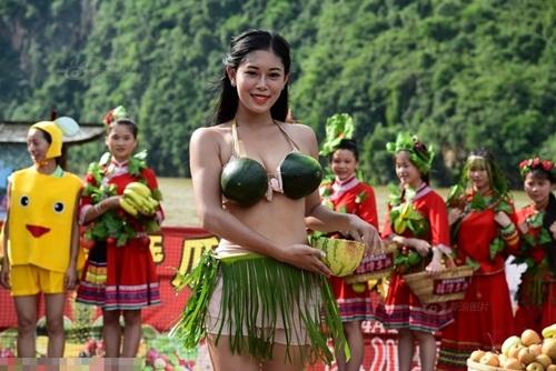 Nhóm du khách trình diễn bikini dưa hấu gây xôn xao - 3