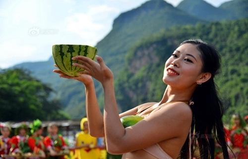 Nhóm du khách trình diễn bikini dưa hấu gây xôn xao - 6