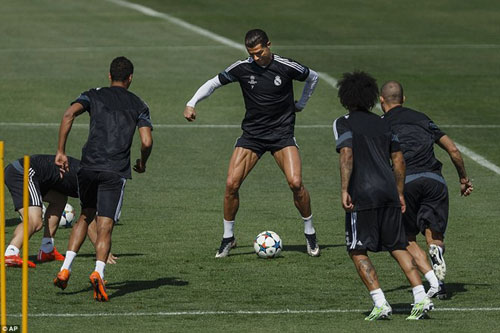 Chờ đấu Pháp: Ronaldo diễn với bóng, khoe cơ đùi - 7