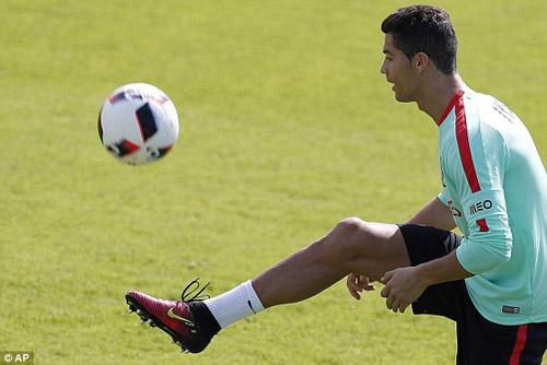 Chờ đấu Pháp: Ronaldo diễn với bóng, khoe cơ đùi - 5