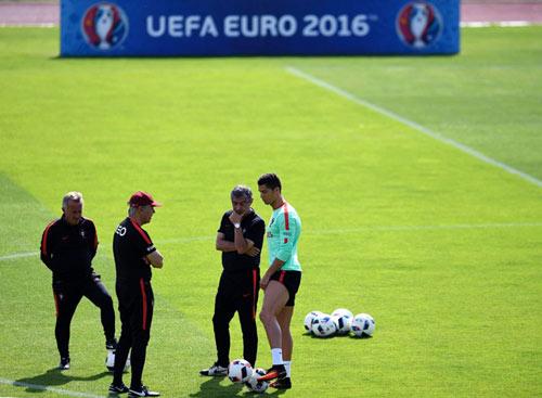 Chờ đấu Pháp: Ronaldo diễn với bóng, khoe cơ đùi - 8