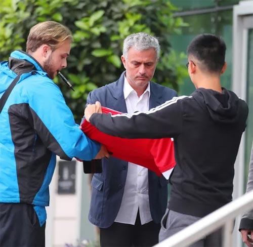 Mourinho mặt lạnh chụp hình cùng fan MU - 1