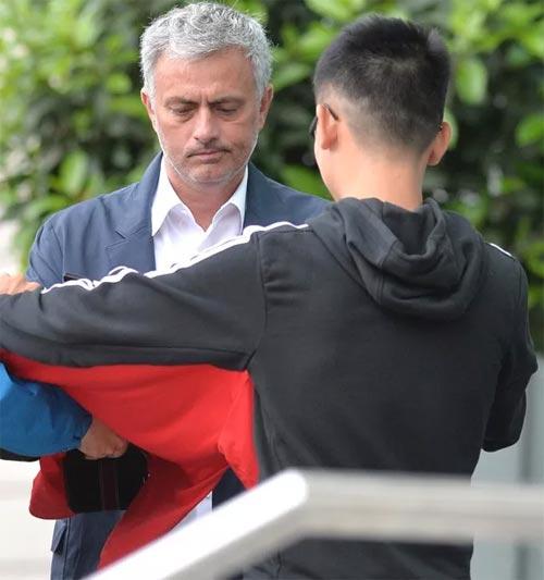 Mourinho mặt lạnh chụp hình cùng fan MU - 4