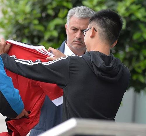 Mourinho mặt lạnh chụp hình cùng fan MU - 5
