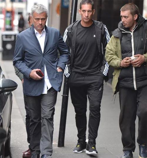 Mourinho mặt lạnh chụp hình cùng fan MU - 7