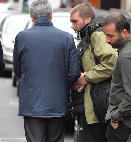 Mourinho mặt lạnh chụp hình cùng fan MU - 8