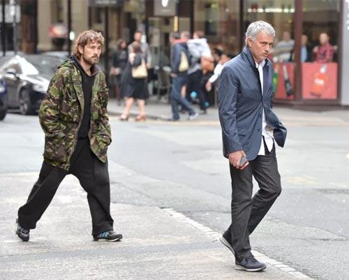 Mourinho mặt lạnh chụp hình cùng fan MU - 9