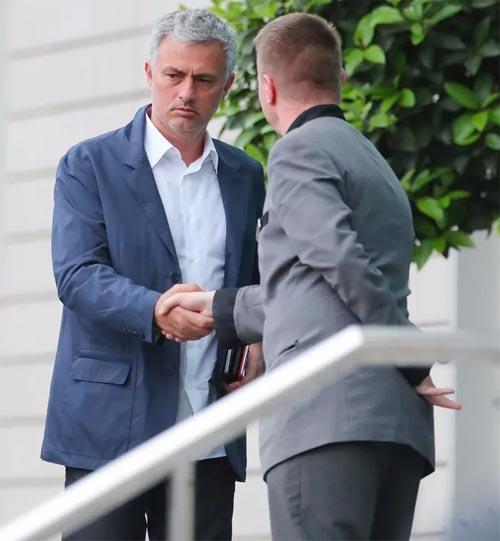 Mourinho mặt lạnh chụp hình cùng fan MU - 6