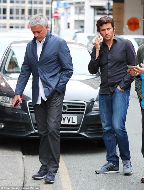 Mourinho mặt lạnh chụp hình cùng fan MU - 2