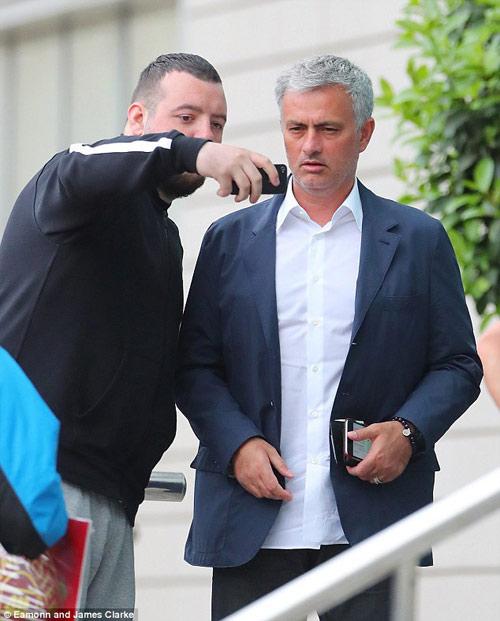 Mourinho mặt lạnh chụp hình cùng fan MU - 3