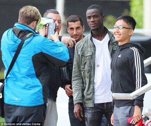 Mourinho mặt lạnh chụp hình cùng fan MU - 10
