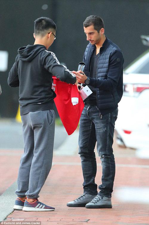 Mourinho mặt lạnh chụp hình cùng fan MU - 11