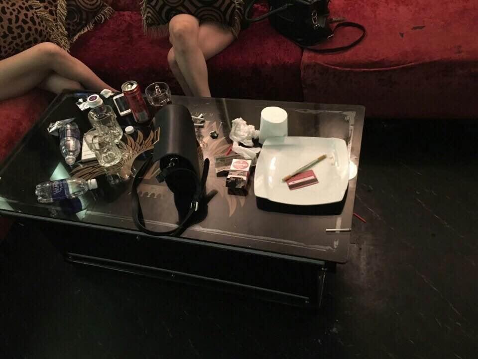 """""""Dân chơi"""" lắc lư giữa làn khói ma túy ở quán karaoke - 2"""