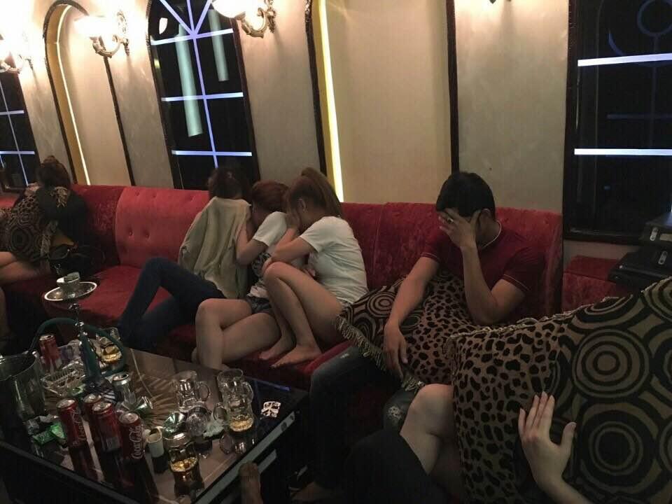 """""""Dân chơi"""" lắc lư giữa làn khói ma túy ở quán karaoke - 1"""