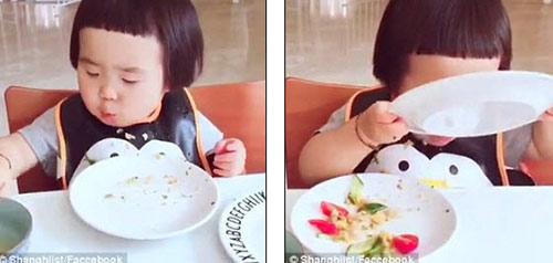 """Hết hồn với khả năng """"cuồng ăn"""" của cô bé 2 tuổi - 4"""