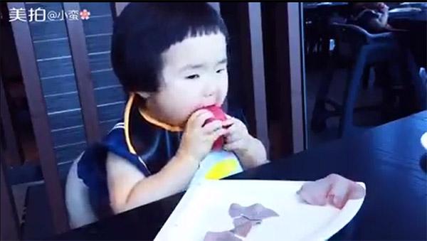 """Hết hồn với khả năng """"cuồng ăn"""" của cô bé 2 tuổi - 2"""