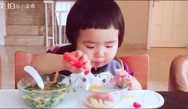 """Hết hồn với khả năng """"cuồng ăn"""" của cô bé 2 tuổi - 3"""