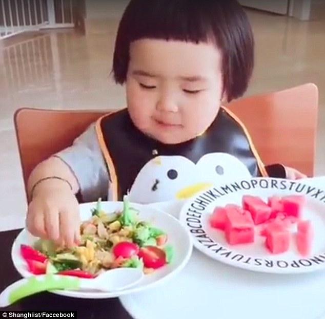 """Hết hồn với khả năng """"cuồng ăn"""" của cô bé 2 tuổi - 1"""