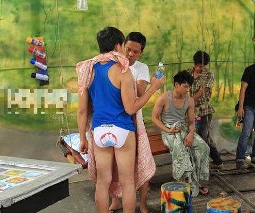 """Sốc với ảnh """"khoe thân"""" của Hoài Linh, Việt Hương - 1"""