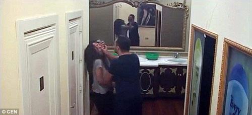 Chồng bịt miệng, đánh vợ ngay trên sóng trực tiếp - 2
