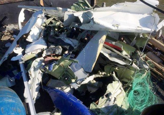 Ngư dân vớt được ví và nhiều mảnh vỡ nghi của CASA-212 - 1