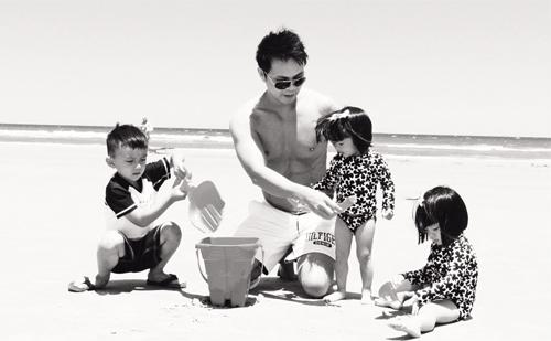MC Huyền Ny diện bikini gợi cảm, vui đùa bên 3 con - 9