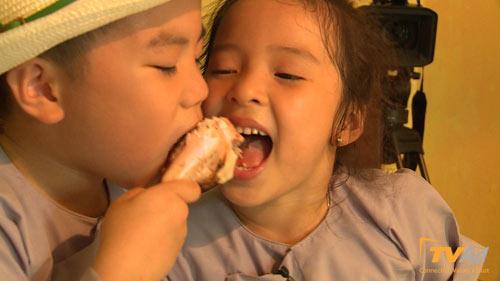 """Cậu bé mít ướt """"Bố ơi"""" tranh giành đùi gà với bạn gái - 9"""