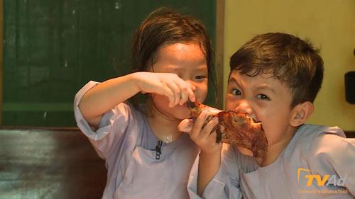"""Cậu bé mít ướt """"Bố ơi"""" tranh giành đùi gà với bạn gái - 4"""