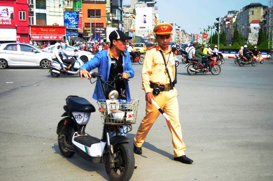 Phạt xe máy điện: Dân bất ngờ - 1
